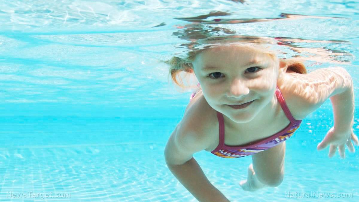 момиче-плува-басейн